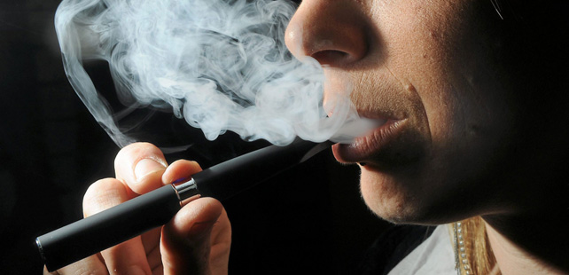the electronic cigarette Electronic cigarettes are battery-powered vaporizers that simulate the feeling of smoking, but without tobacco their use is commonly called vaping the user.