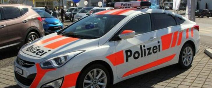 en suisse vous pouvez louer une fausse voiture de police pour dissuader les cambrioleurs le. Black Bedroom Furniture Sets. Home Design Ideas