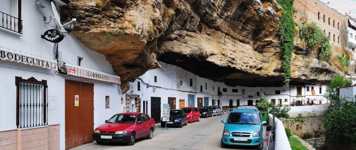 Une ville espagnole a été bâtie sous un rocher !