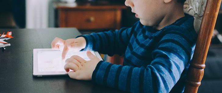 Le saviez-vous ? Un enfant sur trois apprend à utiliser une tablette avant d'apprendre à parler ! Tablette-enfant