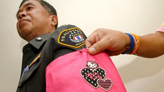 Punis pour mauvaise conduite, Les policiers thaïlandais doivent porter des brassards roses « Hello Kitty ».