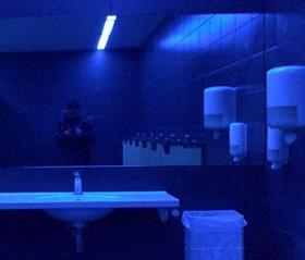 Pourquoi utiliser la lumière bleue dans la plupart des toilettes publiques ?