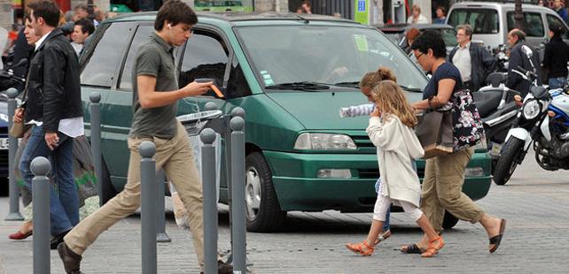 Le saviez-vous ? La distraction des piétons pourrait être plus dangereuse que la distraction des conducteurs ! Pieton-distrait