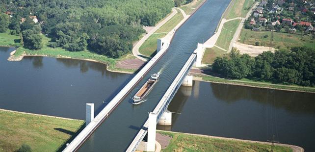Le saviez-vous ? Le pont-canal de Magdebourg permet le passage de bateaux au-dessus d'un autre fleuve ! Pont-canal