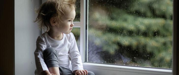 Un bébé est tombé d'une fenêtre deux années d'affilée. Il a atterri sur le même passant les deux fois!