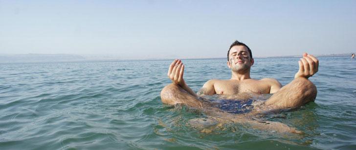 Le corps humain flotte sur l'eau de la mer Morte !