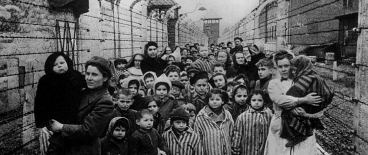 Un album photo du camp de concentration nazi Auschwitz a été découvert par une survivante. Elle était sur l'une des photos !