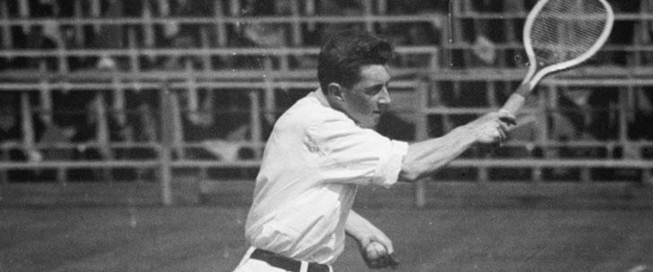 Un survivant du Titanic a refusé que les médecins lui amputent ses deux jambes. 2 ans plus tard, il a remporté l'US Open de tennis !