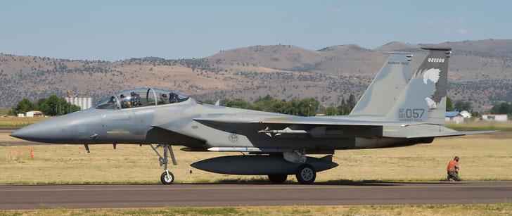 Un pilote de F-15 a réussi à faire atterrir son avion qui avait une des ailes arrachée !