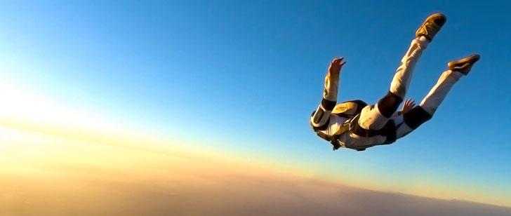 Un parachutiste a filmé sa propre mort, il avait oublié son parachute en sautant de l'avion !