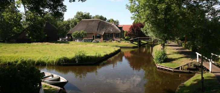 Dans ce village néerlandais, les routes sont remplacés par des canaux et des petits ponts !