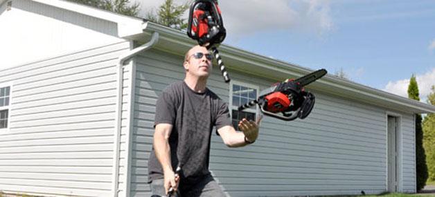 Cet homme a jonglé avec trois tronçonneuses en marche 94 fois !