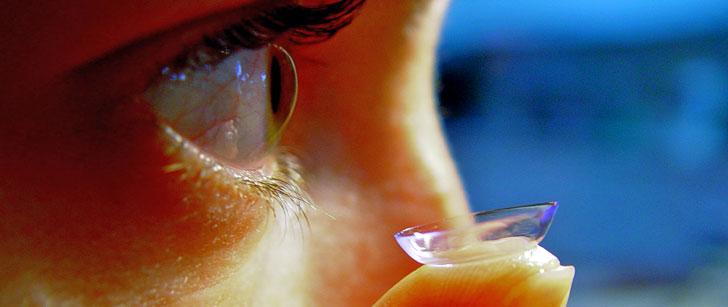 Des médecins britanniques ont trouvé 27 lentilles de contact enfouies dans l'œil d'une patiente !