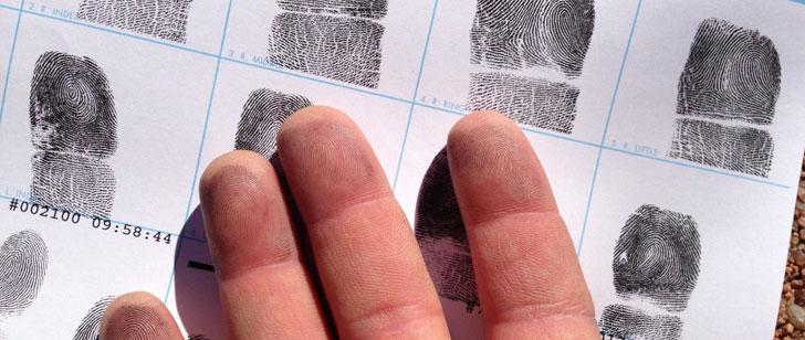 La première identification criminelle grâce aux empreintes digitales !