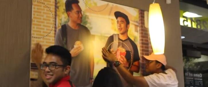 Deux amis ont accroché une fausse affiche d'eux-mêmes dans McDonald's !