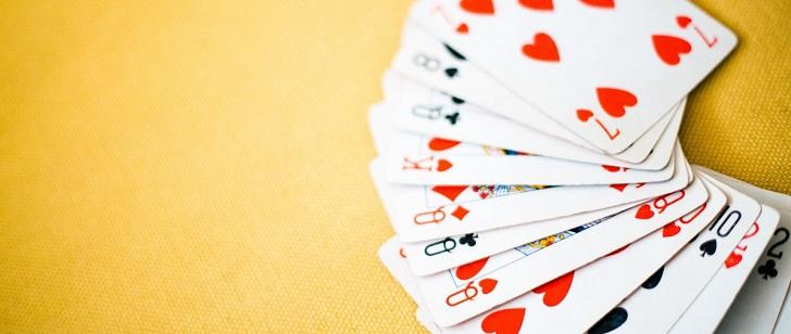 Le Saviez-vous ? Les mystères qui entourent encore la naissance du poker ! Blur_card_game_cards_focus_hearts_numbers_playing_cards_shapes-1570457