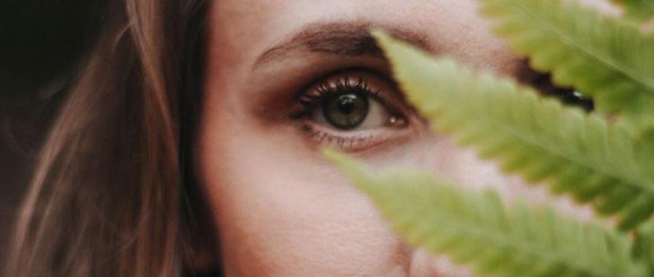 Le saviez-vous ? CBD et cosmétique : le chanvre serait-il un anti-rides efficace ? Visage_femme_et_feuille_de_cannabis